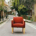 Fotografia artistica de una silla en la calle