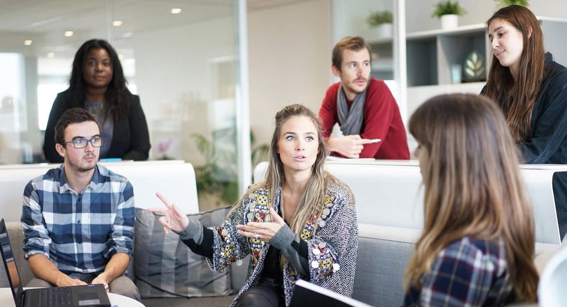 Grupo de trabajo conversando