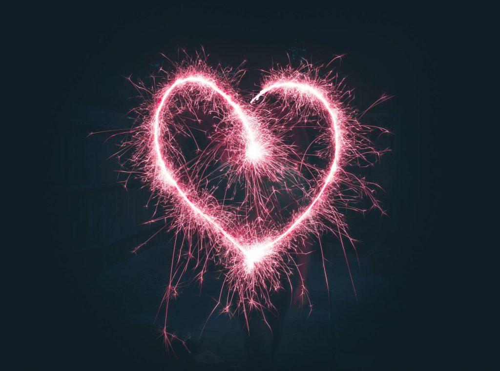 Corazón dibujado con bengalas