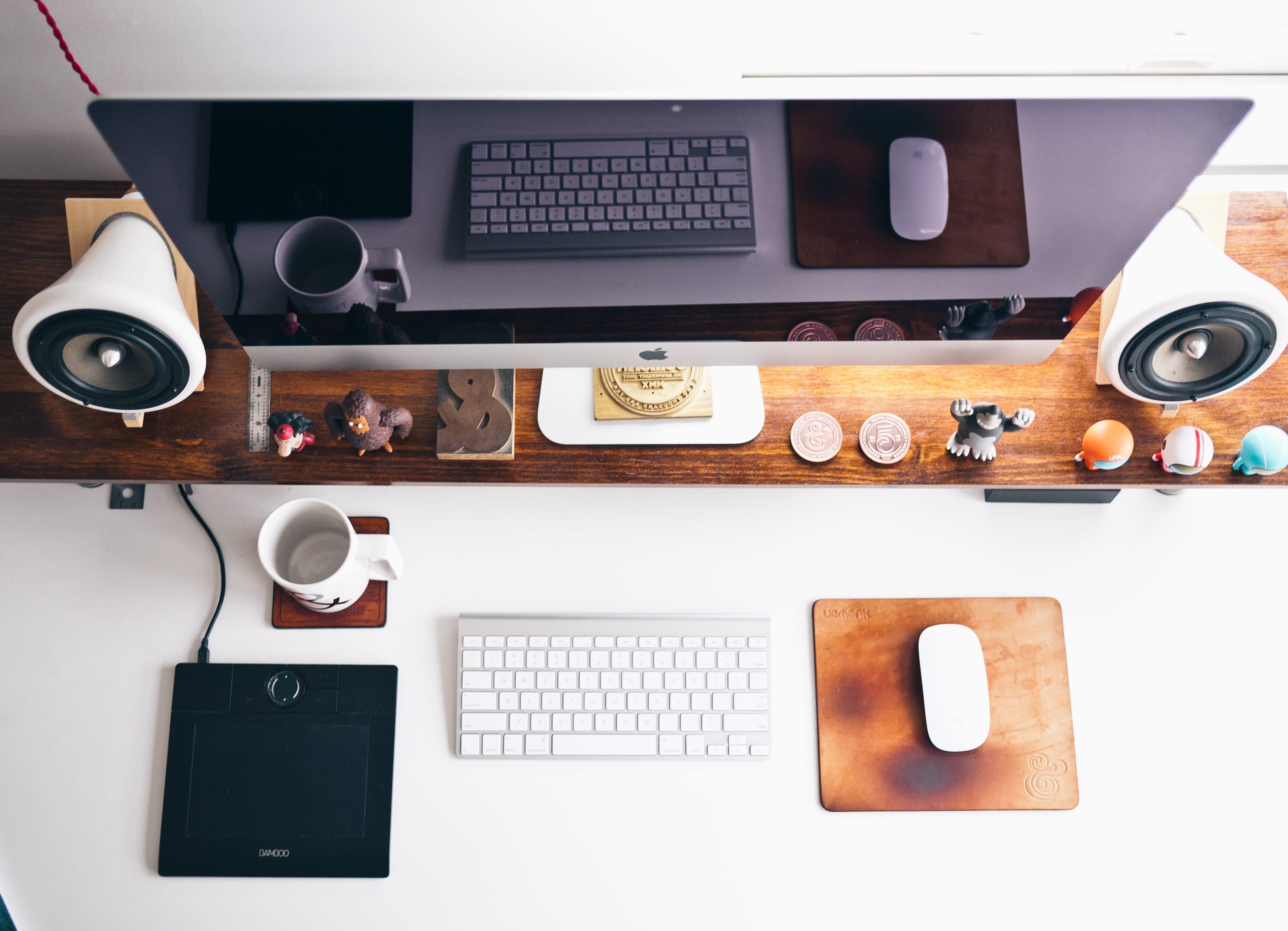 iMac en mesa con teclado y ratón